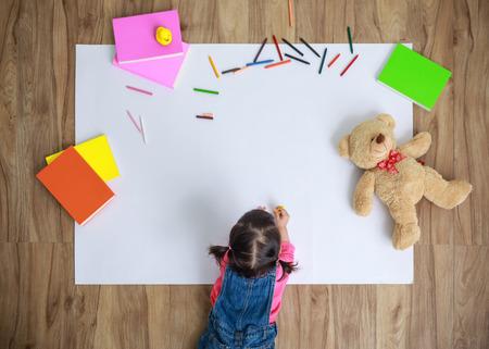 바닥에 종이 드로잉하는 아시아 소녀, 실내 상위 뷰 복사 공간이 아이의 상위 뷰