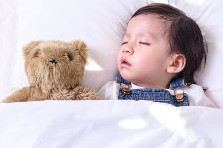 그녀의 침대에서 자 고 아이 아시아 소녀