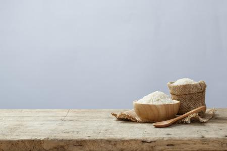나무 테이블에 그릇 자루에 재스민 쌀