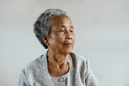 Smilling des heureux supérieurs âgées asiatiques sur fond blanc