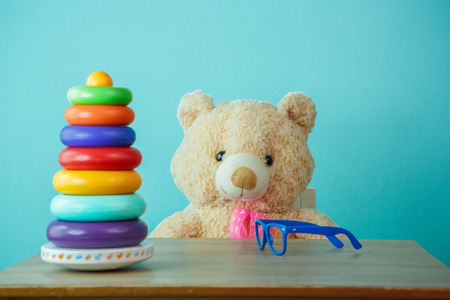 geen: Conceptual shot of child education. Brown teddy bear playing with building blocks Stock Photo