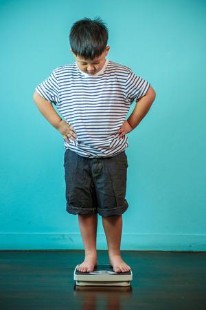 과체중 건강 및 손실 무게 개념 아이들의 위의 크기