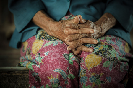 Hand of senior woman Standard-Bild