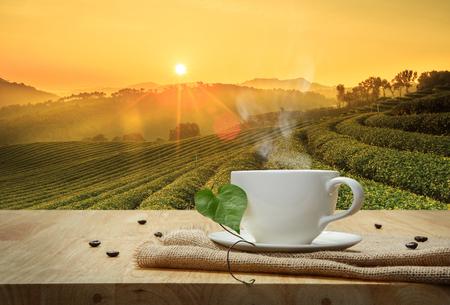나무 테이블과 농장 배경에 삼 베와 커피 컵 스톡 콘텐츠