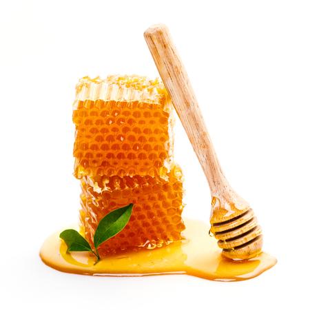 흰색 배경에 고립 된 꿀 국자와 벌집 스톡 콘텐츠