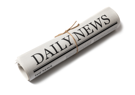 Gerollte Wirtschaftszeitung mit der Schlagzeile Nachrichten isoliert auf weißem Hintergrund, Daily Newspaper Mock-up-Konzept Standard-Bild