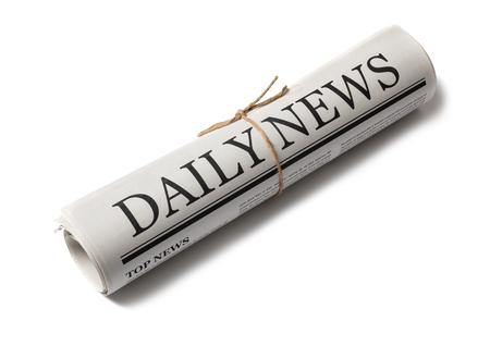 Opgerolde zakelijke krant met de kop Nieuws geïsoleerd op een witte achtergrond, dagelijkse krant mock-up concept Stockfoto
