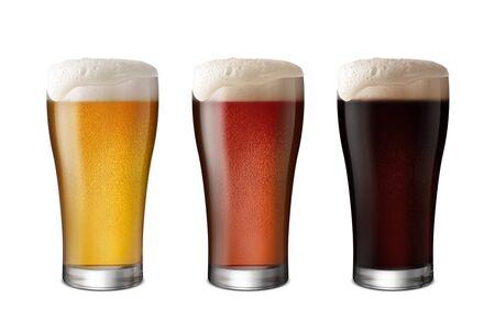 Tres vasos de cerveza ligera y cerveza oscura aislar el fondo blanco con espacio de copia Foto de archivo