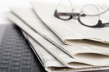 Mockup di giornale aziendale con occhiali isolati su sfondo bianco Archivio Fotografico