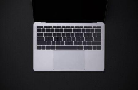 Draufsichtarbeitsplatz mit Notizbuch auf schwarzem Tischüberblick mit Kopienraum, Arbeitsbereich für neuen Designerhintergrund Standard-Bild