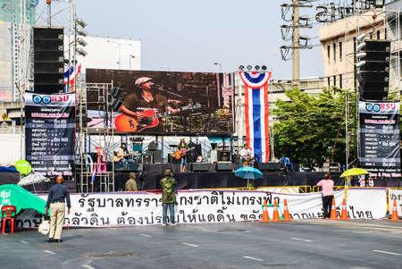 af: Bangkok, Tayland - 22 Ocak Tanımlanamayan Müzisyenler 5 yönlü olarak 22 Oca 2014 tarihinde Tayland hükümet karşıtı protestocuları rahatlatıcı bir sahnede gerçekleştirmek Ladprao, Bangkok, Tayland stretchin çoğu siyasi suçlar için önerilen bir af karşı Mitingler kavşak Editöryel