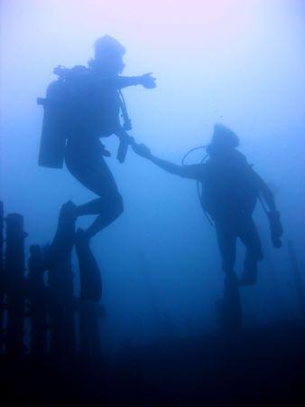 empezar: buzos comienzan el ascenso de naufragio en puerto galera en Filipinas