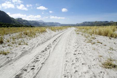 vogelspuren: Reifen Spuren im Sand, die durch Kr�he Tal f�hrt zu Mount Pinatubo in Pampanga, Luzon, Philippinen