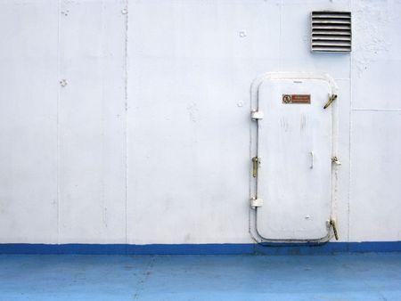 mare porta a bordo grandi traghetti dipinte di bianco e blu