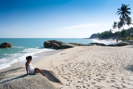 koh: asiatico sentada en piedra, lamai playa koh samui, en el Golfo de Tailandia