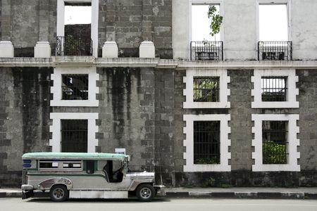 Tradiional Jeepney öffentlichen Verkehrsmitteln geparkt außerhalb derelict Gebäude in Intramuros Manila, Philippinen Standard-Bild - 6579408