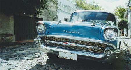 Classic american Auto auf den gepflasterten Strassen von Colonia del Sacramento in Uruguay, Südamerika  Standard-Bild - 6890437