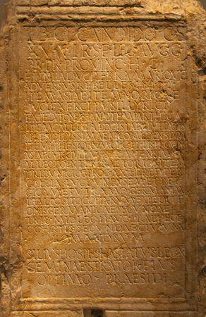Latin Wörter in alten wettergegerbte Steinmauer geschnitzt Standard-Bild - 6620449
