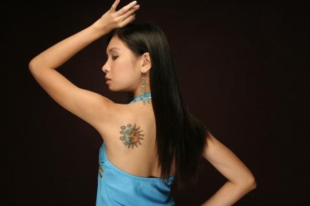 Asiatische Mädchen mit Sonne und Mond tattoo Standard-Bild - 6667198