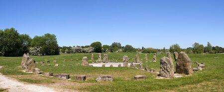 steencirkel: blauwe hemel over stenen cirkel in willen park milton keynes buckinghamshire Engeland