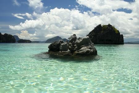 palawan: formaciones de roca de Karst elevan sobre el oc�ano claro de la isla de palawan del nido en Filipinas