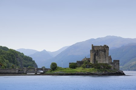 Eilean Donan Castle aus dem dreizehnten Jahrhundert, errichtet auf einer kleinen Insel in Loch Duich im Hochland von Schottland und durch eine steinerne Brücke mit dem Festland verbunden  Standard-Bild - 7806872