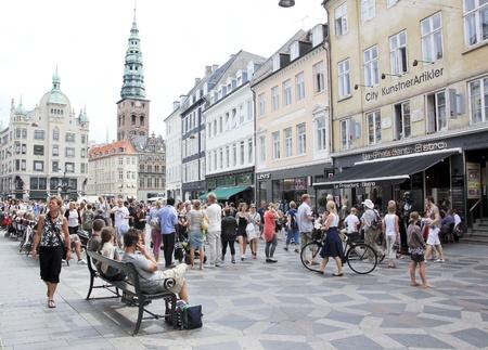 KOPENHAGEN - JULI, 29: Stroget - Deze populaire toeristische attractie in het centrum van de stad is de langste voetgangerszone van Europa in Kopenhagen, Denemarken. Op 29 juli 2010