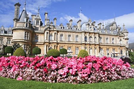Waddesdon Manor zbudowany na wzgórzu z widokiem na wioskę w Buckinghamshire Anglii, zbudowany przez Rothschildów w stylu francuskiego zamku między 1874 i 1889 Publikacyjne
