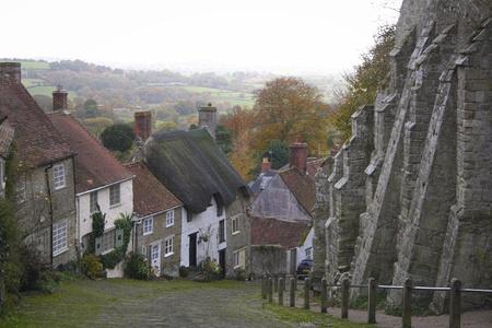 vale: Stary wiersz domki strome brukowane drogi z Gold Hill w Shaftesbury w Dorset engalnd z widokami na Blackmore Vale poza Publikacyjne