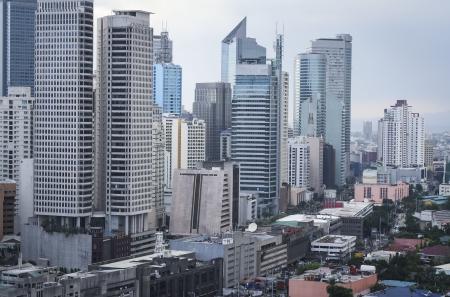Hohen Wohnblocks und moden Bürogebäude drängen die Straßen von makati Zentrum von Manila auf den Philippinen Standard-Bild - 16464474