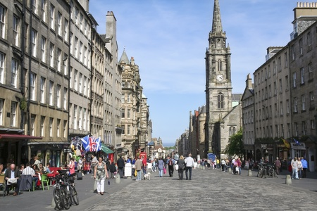 curch: EDINBURGH - MAY 31: People on the Royal Mile main thoroughfare on May 31, 2010 in Edinburgh, Scotland.The Royal Mile runs downhill between Edinburgh Castle and Holyrood Palace.