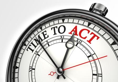 hora de actuar primer plano el concepto del reloj en el fondo blanco con las palabras rojo y negro Foto de archivo