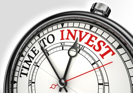 zakelijk: tijd om begrip klok close-up te investeren op een witte achtergrond met rode en zwarte woorden Stockfoto