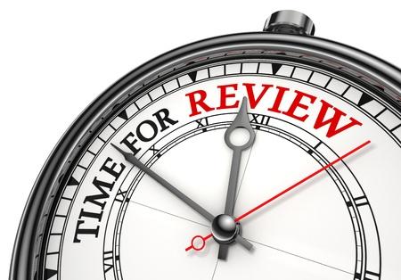 tijd voor evaluatie begrip klok close-up op witte achtergrond met rode en zwarte woorden