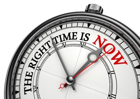 nu het juiste moment begrip klok close-up op witte achtergrond met rode en zwarte woorden