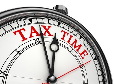 impuestos: el tiempo del impuesto consepto reloj aislados en fondo blanco con letras en rojo y negro Foto de archivo