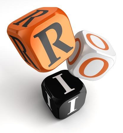 retour: return on investment oranje zwarte dobbelstenen blokken op witte achtergrond. het knippen inbegrepen weg