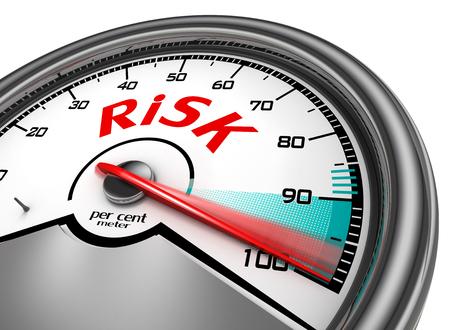 リスク レベル 100% 概念メーター、白い背景で隔離