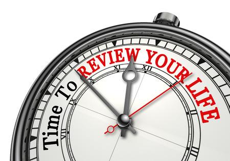 Il est temps de revoir votre vie mot rouge sur le concept d'horloge, isolé sur fond blanc Banque d'images