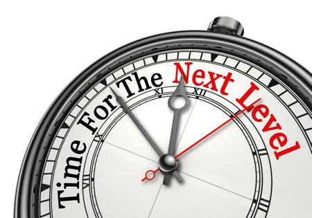 Il tempo per la parola rosso livello successivo sul concetto di orologio, isolato su sfondo bianco