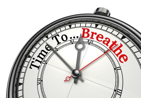 Tiempo para respirar palabra roja en el reloj de concepto, aislado en fondo blanco