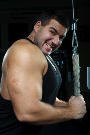 muskelaufbau: Bodybuilder, die hart trainiert im Fitness-Studio