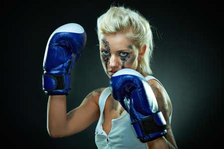 tough: Retrato de una chica hermosa boxeador cauc�sica, studio disparo