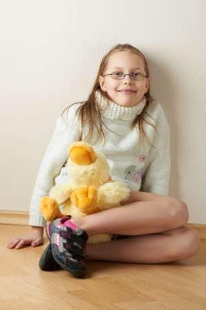 Porträt von ein kleines Mädchen in Brillen mit einem Spielzeug, Studio shot