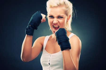 pu�os cerrados: Chica atractiva rubia de combate, disparo de estudio, Cruz transformados
