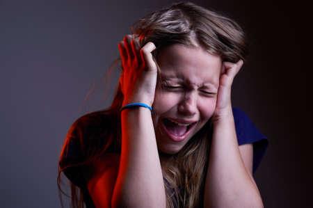 mujer llorando: Retrato de la infeliz muchacha adolescente gritando, tiro del estudio Foto de archivo