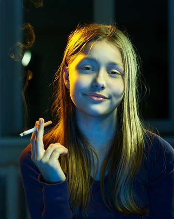 drogadiccion: Retrato de una chica adolescente con el cigarrillo Foto de archivo