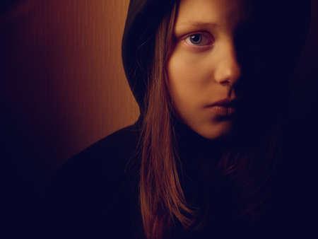 ni�a pensando: Retrato de una muchacha adolescente deprimido. El dolor y el miedo. Foto de archivo