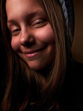 satan: Porträt eines Teufels jugendlich Mädchen mit einem unheimlichen Lächeln, closeup