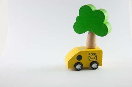 汽車和樹木上孤立的白色背景木製玩具